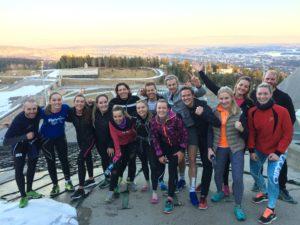 Utendørstrening med løping, styrke, trappeløp, rulleski